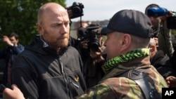 ຫົວໜ້າຄະນະສັງເກດການທະຫານຢູໂຣບ ພັນເອກ Axel Schneider ຈາກເຢຍຣະມັນ (ຊ້າຍ) ພວມໂອ້ລົມກັບທ່ານ Vacheslav Ponomarev ທີ່ໄດ້ປະກາດໂຕເປັນເຈົ້າເມືອງໆ Slovyansk ຫລັງຈາກໄດ້ຖືກປ່ອຍ (3 ພຶດສະພາ 2014)