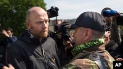 Šef posmatračke misije OEBS-a u Ukrajini, pukovnik nemačke vojske Aksel Šnajder (levo) i Vjačeslav Ponomarjev, samoproklamovani gradonačelnik Slavjanska, posle oslobađanja pripadnika OEBS-a