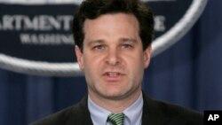 Wray fungió como asistente al fiscal general de 2003 a 2005 y fue miembro de la fuerza de tarea sobre fraude corporativo del presidente George W. Bush.