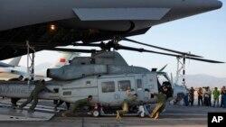 3일 네팔 카트만두에 도착한 미국 지원팀 소속 군인들이 C-17 수송기에서 휴이 헬리콥터를 내리고 있다.
