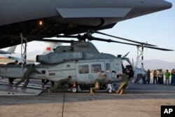 Binh sĩ Mỹ dỡ trực thăng Huey từ Máy bay Boeing C-17 Globemaster III tại sân bay quốc tế Tribhuvan ở Kathmandu. Các trực thăng này đường dùng để thực hiện các hoạt động cứu hộ nạn nhân động đất ở Nepal.