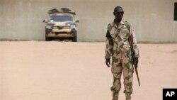 Wani soja yana gadi a kofar wani barikin soja a Maiduguri
