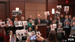 在參加報告發布會上,觀眾席中有大約一半的人是維吾爾人,他們許多人舉著自己失踪親友的照片。