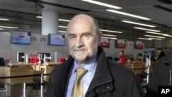 Kepala Bidang Keamanan IAEA Herman Nackaerts saat transit di bandara Schwechat, Vienna, Austria dalam perjalanannya menuju Iran untuk melanjutkan dialog nuklir (12/12)