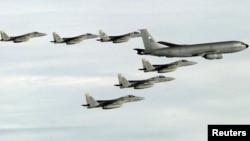 공중급유기(오른쪽)와 함께 비행하고 있는 미 공군 소속 F-15C '이글스' 전투기들. (자료사진)