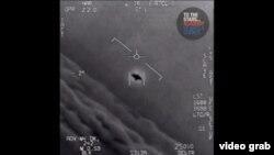 Фрагмент видео Министерства обороны, на котором удалось запечатлеть столкновение истребителей ВМС США с неопознанным летающим объектом, Сан-Диего, Калифорния, 2004 год