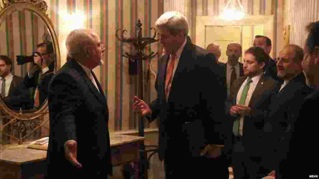 در حاشیه مذاکرات در وین برای حل بحران سوریه، جان کری وزیرخارجه آمریکا با حضور در اقامتگاه محمدجواد ظریف، وزیر خارجه ایران، با او مذاکراتی داشت. عکس: مهر