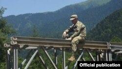 ჯარისკაცი ნენსკრაზე დროებით პანელურ ხიდს ამონტაჟებს