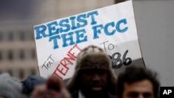 """民眾抗議美國星期四廢除了歷時兩年的""""網絡中立""""規則。"""