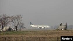 Uno de los aviones de la aerolínea Pakistán International Airlines (PIA), a punto de despegar, en el aeropuerto internacional de Benazir, en Islamabad, el 9 de febrero de 2016.