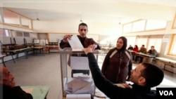 Maroko menyelenggarakan pemilu parlemen, Jumat (25/11). Hasil awal menunjukkan partai Islamis PJD memimpin perolehan suara.