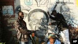 موگابے پر 2008 میں طاقت کے غیر آئینی استعمال اور ووٹ فراڈ کے الزامات بھی لگائے گئے تھے۔ (فائل فوٹو)
