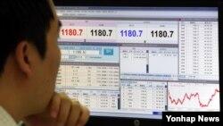 지난 2일 서울 을지로 KEB하나은행 딜링룸에서 외환 딜러가 모니터를 바라보고 있다.