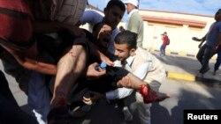 2013年11月15日,利比亞民兵在的黎波里向示威人群開槍之後,人們搶救受傷的抗議人士