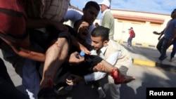 2013年11月15日,利比亚民兵在的黎波里向示威人群开枪之后,人们抢救受伤的抗议人士。