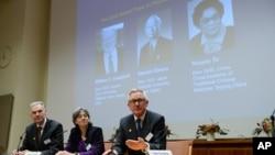 瑞典卡罗林斯卡学院诺贝尔委员会星期一举行颁布诺贝尔生理学或医学奖记者会