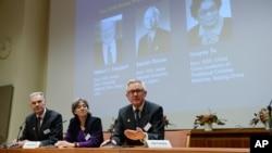 5일 스웨덴 스톡홀롬에서 노벨위원회가 노벨 생리의학상 수상자 3명을 발표하고 있다.