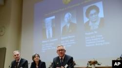 Jan Andersson, Juleen Zierath and Hans Forssberg, miembros del comité Nobel del Instituto Karolinska de Suecia anuncian a los ganadores del Nobel de Medicina 2015.