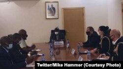 Ambassadeur ya Amerika na kinshasa Mike Hammer (1e na molongo ya D) na masolo na ministre ya Défense ya RDC Aimé Ngoy Mukena na Kinshasa, 5 août 2020. (Twitter/Mike Hammer)