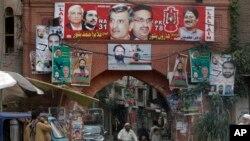 پشاور کی ایک گلی میں انتخابی امیدواروں کے بینرز آویزاں ہیں۔