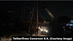 Des travailleurs de la compagnie d'électricité Eneo en train d'installer un câble au Cameroun, le 29 décembre 2018. (Twitter/Eneo Cameroon S.A.)