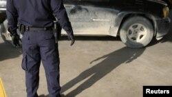 Một nhân viên của Cơ quan Hải quan và Biên phòng Hoa Kỳ chuẩn bị khám xét một chiếc xe tại cửa khẩu biên giới Mexico-Mỹ ở Hidalgo, bang Texas, ngày 13 tháng 4, 2018.