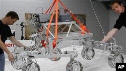Kendaraan robot Exomars Rovers saat dipamerkan di Oerlikon Space, Zurich (Foto: dok). Badan Antariksa Eropa (ESA) mengumumkan kesepakatan dengan Rusia untuk meneruskan misi pesawat tak berawak ke planet Mars, Rabu (21/11).