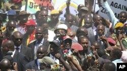 Rais wa Zimbabwe Robert Mugabe,akisalimiana na wananchi wanaomuunga mkono katika eneo la Mutare, Zimbabwe.