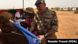 Lors de la cérémonie de lancement des travaux à l'aéroport de Gao, au Mali, le 16 octobre 2017. (VOA/Kassim Traoré)