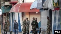 Pasukan Suriah melakukan penjagaan keamanan di lapangan Sheikh Daher di Latakia, Suriah barat.