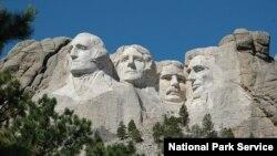 Amerikan başkanları George Washington, Thomas Jefferson, Theodore Roosevelt ve Abraham Lincoln'ün portrelerinin dağın ön cephesine kazınarak inşa edilen anıt, yerli Amerikalılar için topraklarının ellerinden zorla alınışını simgeliyor