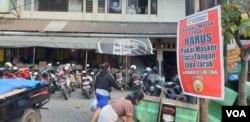 Sosialisasi protokol kesehatan di salah satu Pasar tradisional di Solo, Rabu, 15 Juli 2020. (Foto: VOA/ Yudha Satriawan)