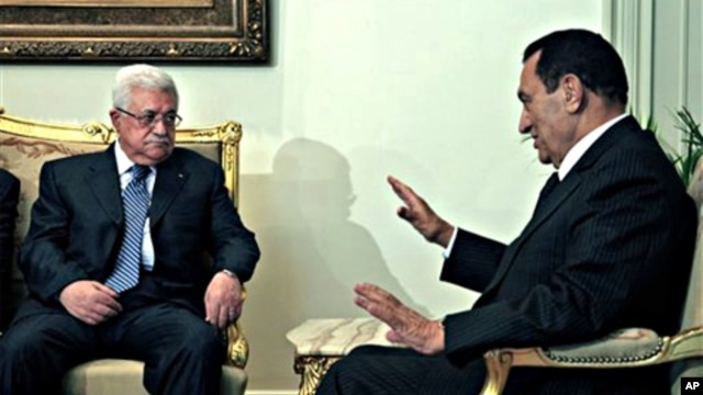 Egyptian President Hosni Mubarak, right, meets with Palestinian authority President Mahmoud Abbas at the Presidential palace in Cairo, Egypt, 21 Nov. 2010