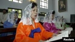 지난 2003년 8월 북한의 유일한 천주교회인 장충성당에서 집전된 남북한 합동미사에서 북한 교인이 성가를 부르고 있다.