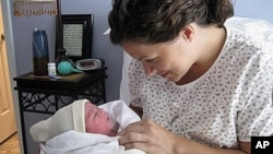 Karen Kramer dan putrinya, Stella Grace, tak lama setelah melahirkan di rumahnya.