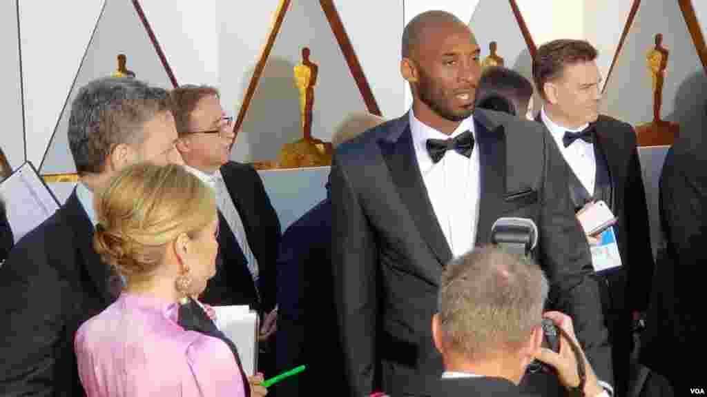 L'ancien joueur de Los Angeles Kobe Bryant lors des Oscars au Dolby Theater de Los Angeles, le 4 mars 2018 (VOA/Arzouma Kompaore)