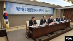 태영호 전 영국주재 북한공사(가운데)가 14일 오후 서울 프레스센터에서 열린 북한종교와신앙의자유국제연대 기념포럼 및 창립대회에서 연설하고 있다