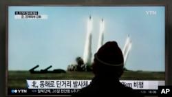 지난 21일 한국 서울역에서 지나가던 시민이 북한의 미사일 발사 시험에 관한 TV 뉴스 보도를 시청하고 있다. (자료사진)
