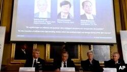 7일 스웨덴 왕립과학원 노벨 위원회가 스톡홀롬에서 노벨물리학상 수상자를 발표하고 있다.