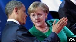Presiden AS Barack Obama dan Kanselir Jerman Angela Merkel berbincang-bincang di tengah KTT G20 di Cannes, Perancis (3/11).