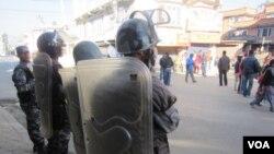 Lực lượng an ninh Nepal canh gác trên đường phố thủ đô Kathmandu.