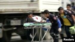 Petugas medis membawa korban luka di lokasi ledakan bom di Hua Hin, bagian selatan Bangkok (12/8).