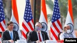美国国务卿蓬佩奥与印度国防部长辛格在联合记者会上倾听美防长埃斯珀(中)向媒体讲话。(2020年10月27日)