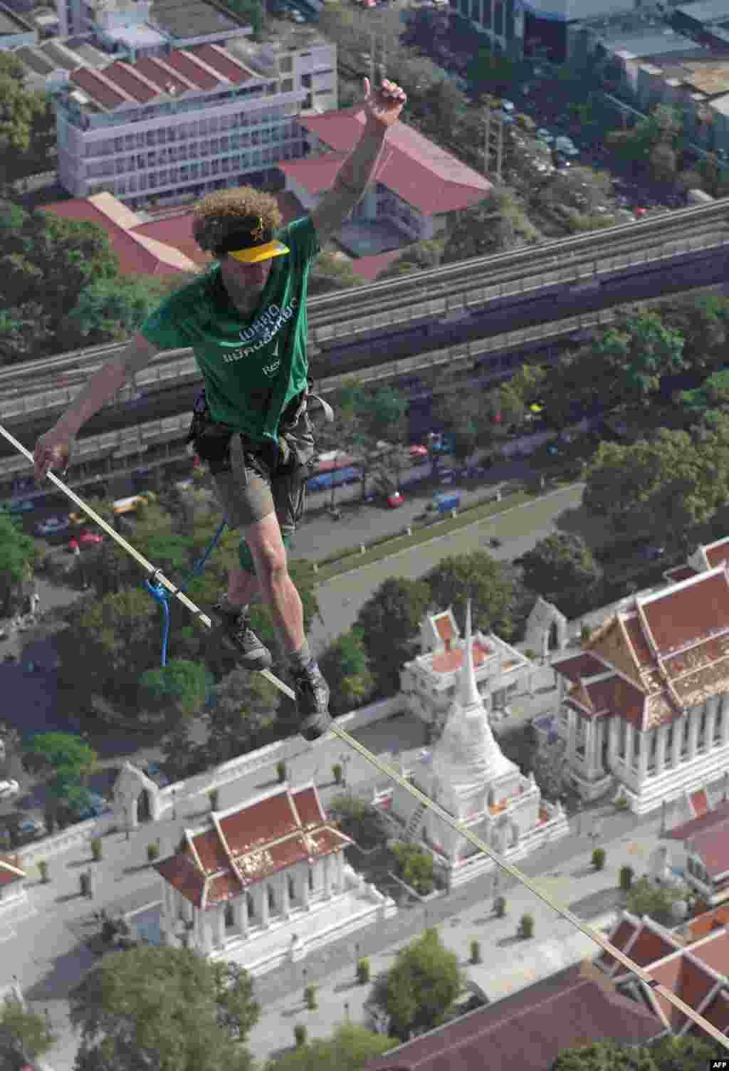 미국의 유명 줄타기 곡예사 앤디 루이스가 태국 방콕의 고층빌딩을 이은 줄 위를 타고 있다.