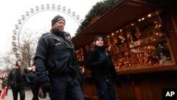 Поліцейський патруль на різдвяному ярмарку в Берліні