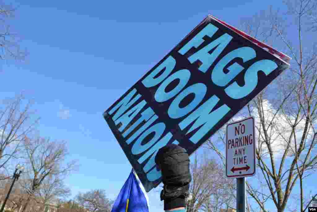 Los símbolos y carteles de protesta no se hicieron esperar durante la primera audiencia en la Corte Suprema sobre la constitucionalidad de los matrimonios entre homosexuales.