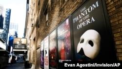 Anuncios de Broadway afuera del Teatro Richard Rodgers durante los cierres por la pandemia de COVID-19 en Nueva York el 13 de mayo de 2020.
