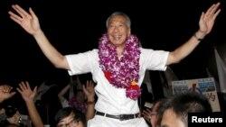PM Singapura yang juga Sekjen Partai Aksi Rakyat, Lee Hsien Loong merayakan kemenangan mutlak PAP dalam pemilu parlemen, di stadiun sepakbola Singapura, Jumat malam (11/9).