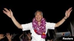 """新加坡現任總理李顯龍在""""人民行動黨""""星期五贏得大選後與支持的群眾會面。"""