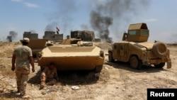 5일 이라크 모술 서북부 최전선에서 정부군과 ISIL 간 교전이 있은 후 연기가 치솟고 있다.